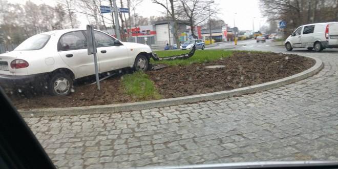 Pijany kierowca skosił rondo przy Intermarche w Ustce
